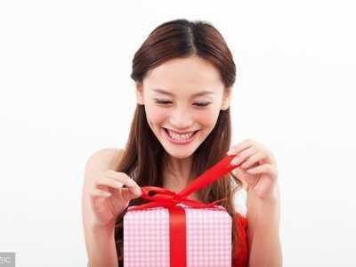 女朋友生日送什么礼物好 第一次陪女朋友过生日送什么好